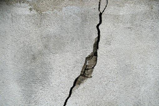 pękający beton przyczyny