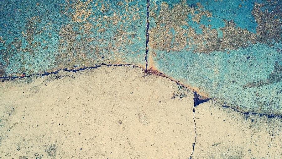 pęknięcia w betonie